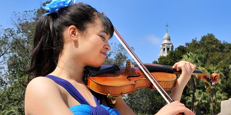 Image of Annelle Gregory playing violin